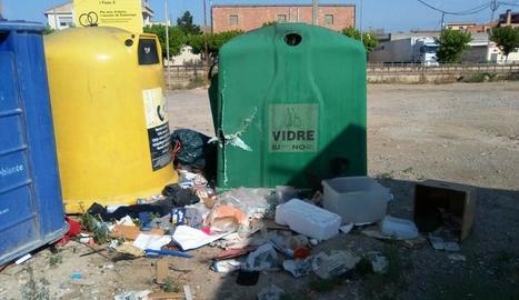 Foto d'arxiu d'antics contenidors d'escombraries a Térmens.