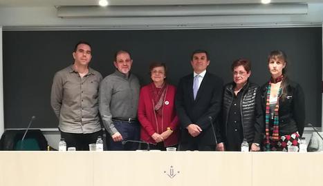 El director de la Fundació La Marató (tercer per la dreta), Lluís Bernabé, amb els participants de la presentació d'ahir.