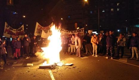 Els manifestants van encendre una foguera en ple passeig de Ronda.