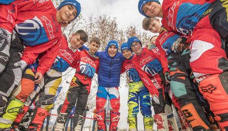 Marc Màrquez, ahir amb els nens del seu campus al circuit de Rufea.