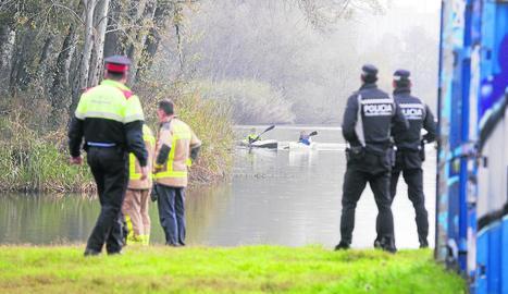 Dos piragüistes van ajudar a treure el cos sense vida del riu i portar-lo fins a la vora.