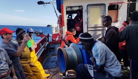 Imatge dels tripulants i immigrants a bord del pesquer.