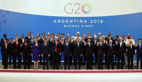 Foto de família dels líders del G20 a l'inici de la cimera de Buenos Aires, amb el polèmic príncep saudita en una cantonada de la imatge.