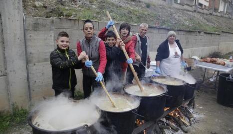 Imatge de la preparació del Ranxo dels Vaguistes que es va repartir ahir a Camarasa.