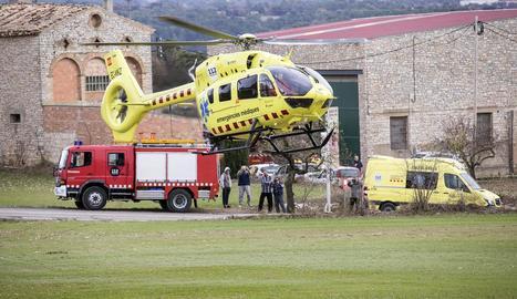 Imatge de l'helicòpter del SEM que va evacuar ahir el ferit de més gravetat després de l'explosió a Santa Fe de Segarra.