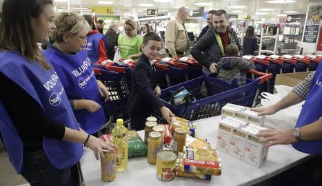 Voluntaris classificaven ahir els productes donats al pavelló 3 dels Camps Elisis.
