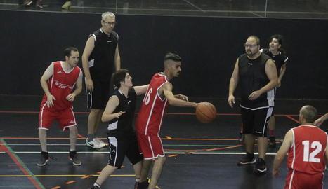 Una acció d'un dels partits que es van disputar ahir al Pavelló Juanjo Garra.