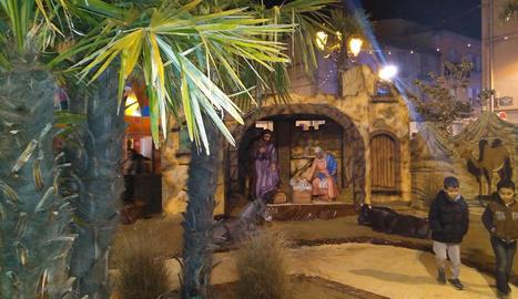 Desenes de persones van visitar ahir el Mercat de Nadal de Cervera.