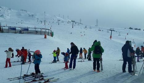 Esquiadors a la terrassa de la cafeteria de Boí Taüll ahir al matí.