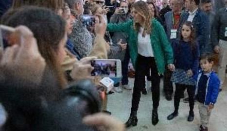 Dos apoderados de Vox increpan a Susana Díaz cuando acude a votar