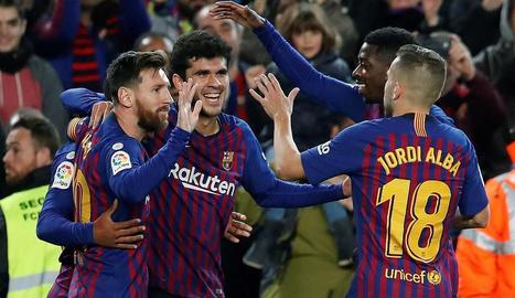 Els futbolistes del Barça feliciten el jugador del planter Carles Aleñá pel seu primer gol amb el primer equip blaugrana.