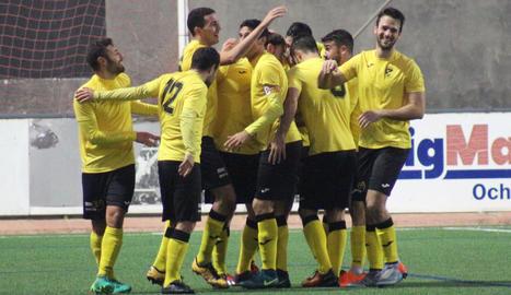 Els jugadors de l'EFAC celebren un dels quatre gols que van aconseguir en el derbi davant del Balaguer.