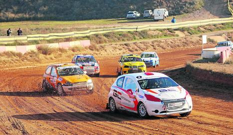 Diversos vehicles en un moment de la prova disputada al Circuit de Lleida.