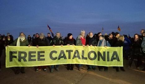 Centenars de persones es van concentrar davant la presó de Lledoners en suport a Turull i Sànchez.