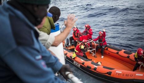 Membres de l'ONG Open Arms, al costat del pesquer alacantí.