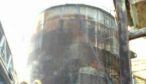 Vista de la sitja, de 10 metres d'alçada, incendiada ahir.
