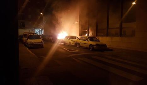 Vista del turisme incendiat ahir al carrer Santa Coloma.