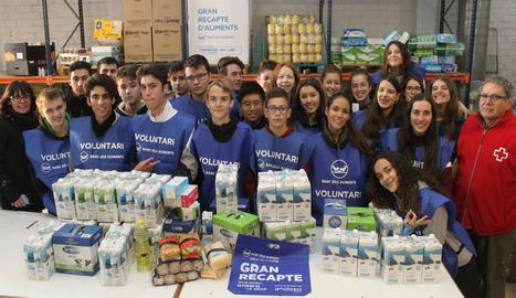 Alguns dels estudiants que ahir van participar en el recompte al Magatzem d'Aliments Solidaris.