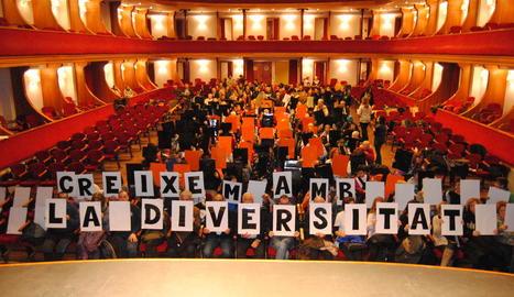 Usuaris i professionals de les entitats lleidatanes que ahir van llegir un manifest a Lleida.