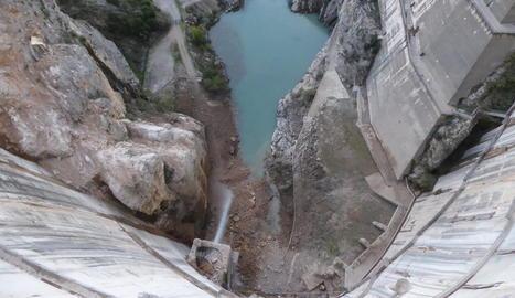 Imatge presa des de la cota de coronació de les roques caigudes a la base de la presa.