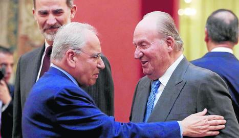 Felip VI, el rei emèrit Joan Carles I i Alfonso Guerra, ahir.