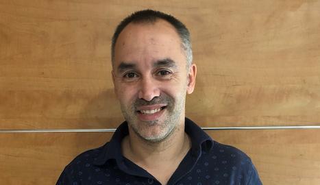 Ferran és professor a Soses i aquesta  és la seua primera novel·la.