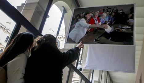 Les fotos de gran format de l'exposició es van acabar de col·locar ahir als claustres del Rectorat.