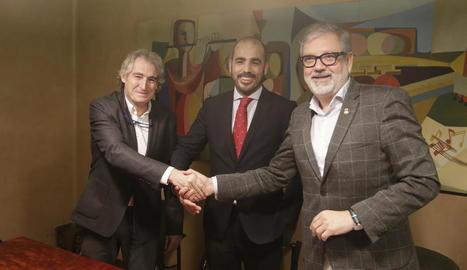 Els representants d'Eurofund Parc Lleida i l'alcalde, després de firmar el conveni.