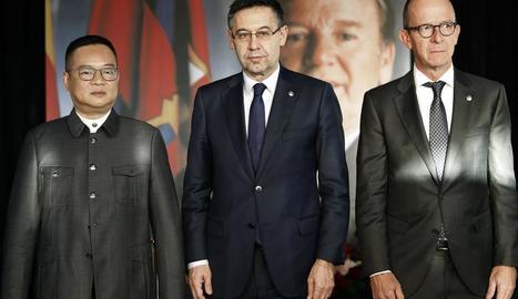 La plantilla de futbol, amb Valverde al capdavant, va passar per l'Espai Memorial abans d'entrenar-se per retre homenatge a l'expresident.