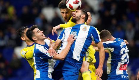 El davanter de l'Espanyol Borja Iglesias disputa la pilota amb el jugador del Cadis José Ángel Carrillo.