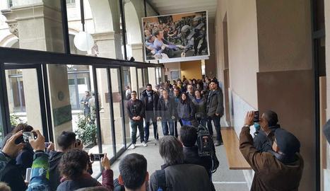 Multitudinària 'no inauguració' de l'exposició de l'1-O a la UdL