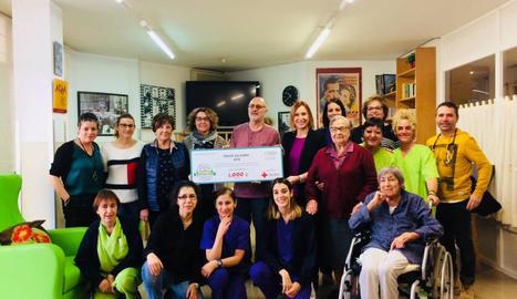 L'acte d'entrega dels 1.000 euros a la Creu Roja de les Garrigues.