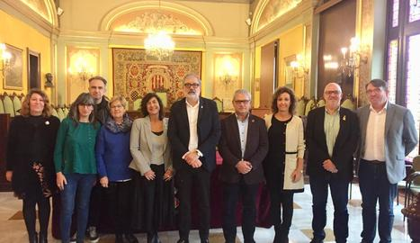 L'alcalde de Lleida, Fèlix Larrosa, amb la directora d'Igualtat, Mireia Mata, ahir després de la firma.
