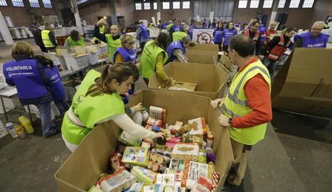 Voluntaris classificaven dissabte els aliments recaptats.