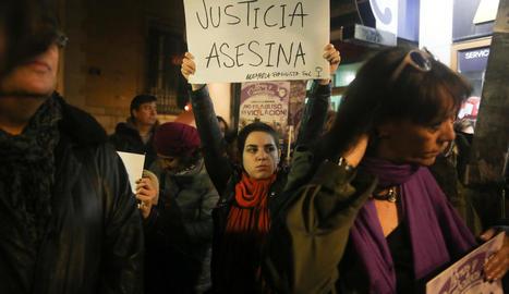 Imatge de la concentració contra la sentència de La Manada al ministeri de Justícia, ahir.