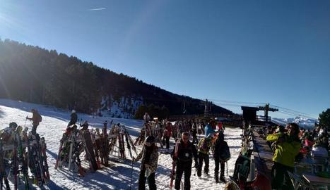 Esquiadors a les pistes de Port Ainé, al Pallars Sobirà, gaudeixen del bon temps.