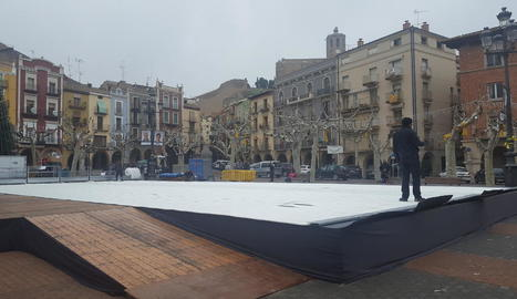 Imatge de les obres per instal·lar la pista de gel a la plaça Mercadal de Balaguer.