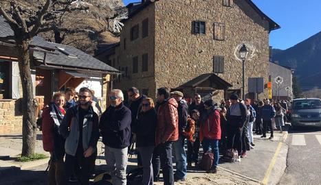 Una llarga cua de turistes esperava ahir per agafar un taxi a Aigüestortes a Espot.