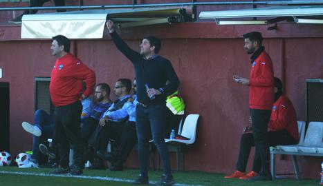 Gerard Albadalejo dóna instruccions als jugadors, diumenge passat a Peralada.