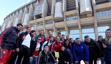 Aficionats de River i Boca van posar ahir al costat de l'estadi Santiago Bernabéu.