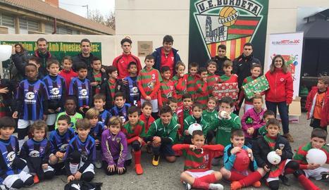 Futbol - Les instal·lacions de la Unió Esportiva Bordeta van acollir dijous un partit solidari de futbol amb què van aconseguir 80 joguets per a la campanya de recollida que organitza la Creu Roja. A la jornada van participar els equips de l'A ...