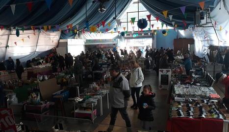La sala polivalent de Les va acollir ahir un mercat amb tot de tipus de productes.