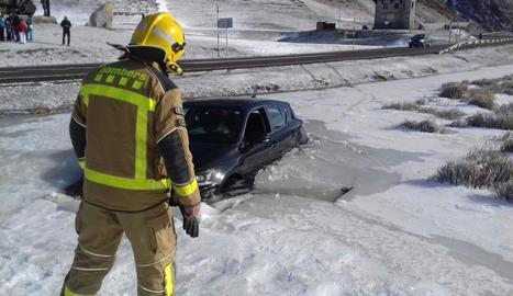 Un cotxe cau dins d'un llac gelat a la Bonaigua