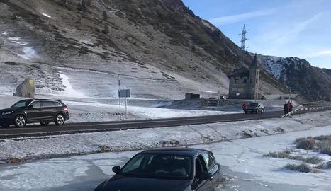 El cotxe va quedar atrapat al gel a escassos metres de la carretera.