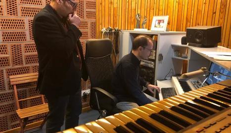 Óscar Fernández i Josep Maria Bossa, treballant a l'estudi.