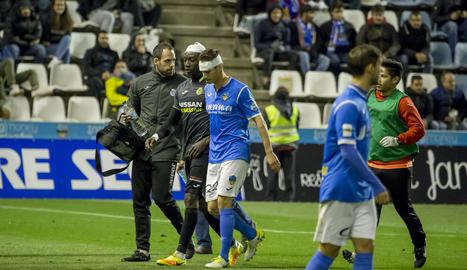César Soriano i Adhibe surten del camp després de xocar en una acció del joc a la segona part.