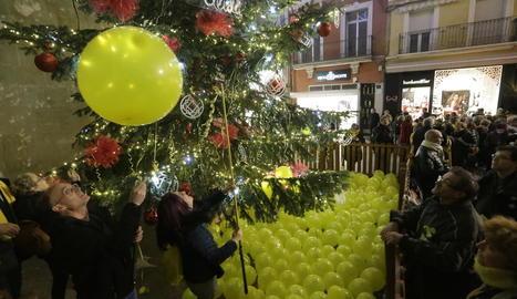 Els cantaires, ahir al costat d'Advocacia per la Democràcia, van tenyir de groc l'arbre de la Paeria.