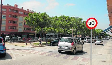 Imatge d'arxiu d'un senyal que limita la velocitat a 30 km/h a l'avinguda del Canal de Mollerussa.