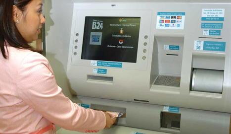 Imatge d'una dona retirant efectiu d'un caixer automàtic.