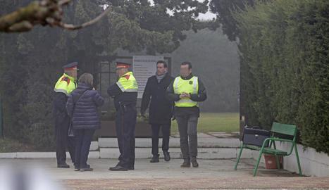Part de la comitiva judicial i dels Mossos d'Esquadra, ahir durant la reconstrucció a l'entitat esporiva.